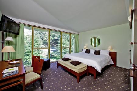 Chambre de la suite Diane, vue sur la forêt